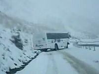 凍結路でクールに直ドリを決めまくっているバスw乗客は怖いだろうなあ。
