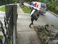 サムスンのモニターを買ったらFedExの兄ちゃんに投げられた。これは酷い。