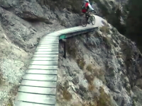 マウンテンバイクで崖っぷちサイクリング。タイヤがちょっとでも滑ったらアウト