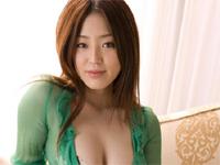 井上舞妃子 プールサイドでチューブトップの柄系ビキニ水着を身につけてポーズ