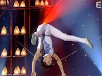 中国人のロープの上でのバランス芸が凄すぎる!!