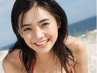 倉科カナ 赤の柄系ビキニを身につけて海の中ではしゃいだり、元気にポーズ