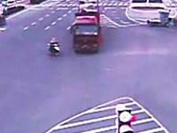 中国。これで助かったのが信じられないという恐ろしい交通事故の映像