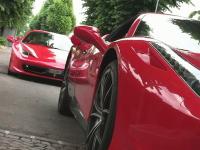 モンツァ・サーキットの近くにはフェラーリで混雑するガソリンスタンドがある。