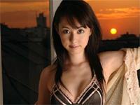 秋山莉奈 ゴールドのビキニショット、赤のテープグルグル巻き衣装でポーズ
