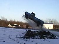これは飛びすぎワロタwな外人のお馬鹿ジャンプ動画。怖いだろw