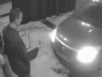 女性ドライバーの大失態、洗車場で従業員をゴリッ・・・
