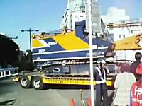 プロの仕事。超大きいトレーラーが超せまい道で超切り替えしが超すごい。