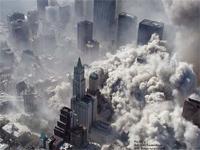 僅か10秒足らずでビルが消える。一般人が撮影した「9.11」の映像。