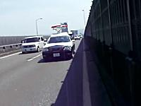 高速道路?を歩いていてパトカーにぴったりマークされている女性の実況…。