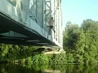 そっちかよw鉄橋でターザンスイングしたら痛い事になってしまった動画