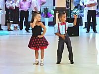 これは凄い。大人顔負けのダンスを披露する小さなカップル。色っぽすぎw
