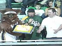 火のついたケーキが降ってきた!?NBAユタ・ジャズのベアー君の大失態