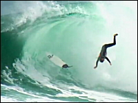 死ななくて良かったね・・・サーフィンでの危険なワイプアウト映像