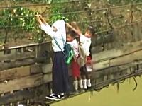 完全に崩壊した吊り橋を渡らなければならないインドネシアの子供たち動画。