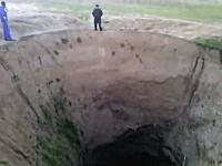 突然出現した巨大で深い穴に住民困惑。ロシアのダゲスタン。最後に穴アップ