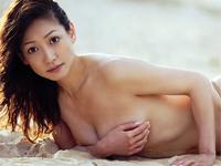 細川ふみえ ビーチで白のハイレグビキニになって巨乳バストをアピール