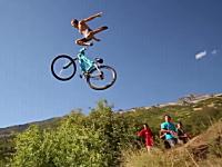 エクストリーム自転車飛び込みの恰好良いスローモーションビデオ。