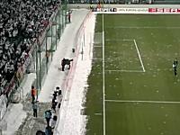 海外サッカーでは観客のチームワークも凄い動画。雪玉で大爆撃