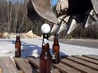 果てしなく繊細な神技術。ショベルカーでビール瓶を積み上げ・・るだけでは飽き足らず!