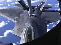 F-22ラプターの空中給油。KC-135ストラトタンカーの機内から撮影した映像。