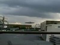 超巨大なUFOが撮影されてデイリーメールが記事にする。ネタネタ動画。