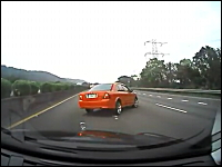 高速道路上に落ちていた脚立で恐ろしい事になってしまうドライブレコーダー
