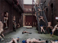 各者一斉に腰を振る全裸パフォーマンスアート「Residing at PACT Zollverein」