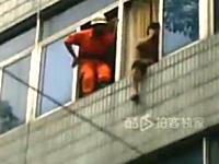 レスキュー隊員グッジョブ。自殺志願者を足で室内に押し込み救助成功。中国