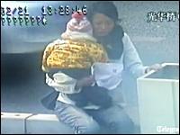 赤ちゃんを抱いた女性が飛び降り自殺を図ろうとする映像。ポリスGJすぎる