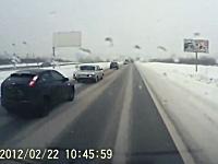 シュールなジコジコ動画。車線変更してきた車がそのまま消えていったw
