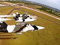 信じられない動き。アクロバットチームのフォーメーション飛行を機内から撮影