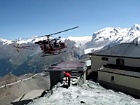 山岳救助ヘリの無駄のない動き。スッと着陸するプロフェッショナルのワザ。