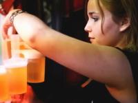 アメージングなビアホールのお姉さん動画。ビールが飲みたくなってしまう。