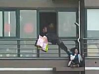 たけえ・・・高層マンションの高層階から飛び降り自殺しようとしている女性