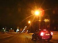 コントロールを失う⇒街灯に衝突⇒街灯倒れる⇒辺りが真っ暗にドラレコ映像