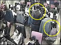 ネカフェで二人組のスリが財布を狙う⇒ばれてフルボッコにされる監視カメラ