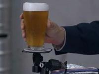 ぐいぐい踊ってもこぼれない!ビールを空中固定する凄いマシーン!