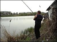 ちょwおいwまてw釣った魚をインターセプトした猫。メシげっと。