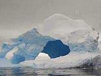 南極の巨大な氷山がボートの目の前で崩壊して破片が危ない動画