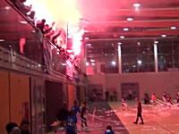馬鹿だろw少年サッカーの試合(体育館)で発煙筒炊いて試合中止にw