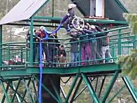 車イスに乗ったまま橋の上から放り投げられてバンジージャンプ。危ないだろ