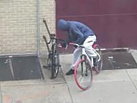 これは酷いwレベルの低すぎる自転車ドロボウを撮影したビデオ。NY市