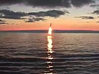 魚雷のフリしたミサイル発射。潜水して向きを変えて水面からブシャーッ!っと