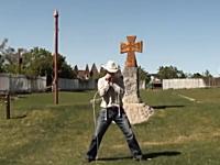 このムチ使いやべえw二本のムチを自在に操って演奏する男性の神動画