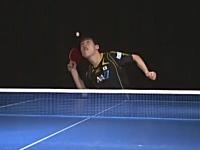 同じ打ち型で左右に変化する松平健太のしゃがみこみサーブ。世界卓球2012