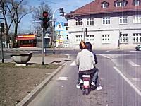 こいつら可愛すぎワロタw信号停止する度に押し掛けする二人乗りバイク
