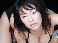 神楽坂恵 セクシーランジェリー姿で巨乳バストを鏡に押しつけながらポーズ