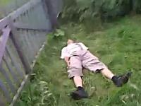 柵ジャンプ失敗で背中からグサリ・・・な一瞬動画。ワロテルけど痛いでw