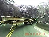 ちょw対向車が来たらどうするんだよ?ロング鉄鋼を積んだトラックが危険